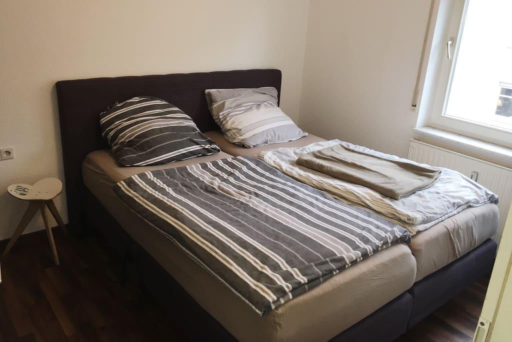 Kingsize Boxspring Bett mit Motor um die Körperlage zu verstellen.