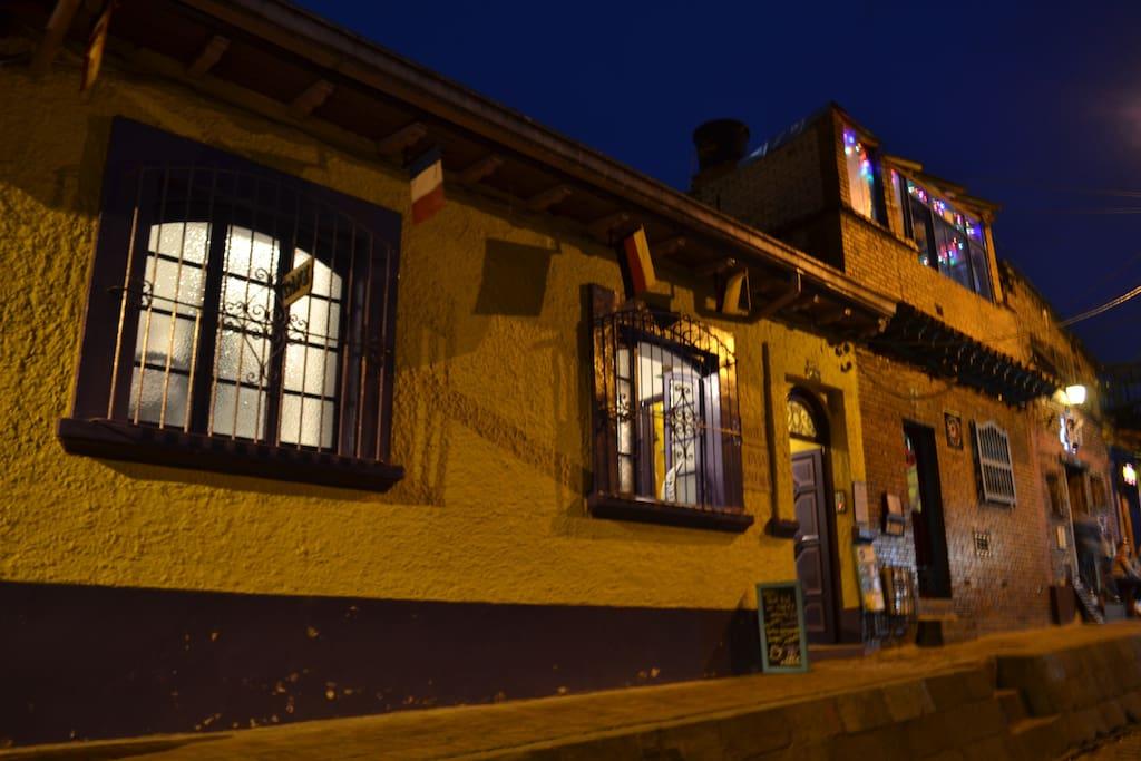 La fachada principal de la casa en una agradable noche