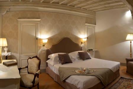 Deluxe Romantic Room in Cortona - Cortona - Bed & Breakfast