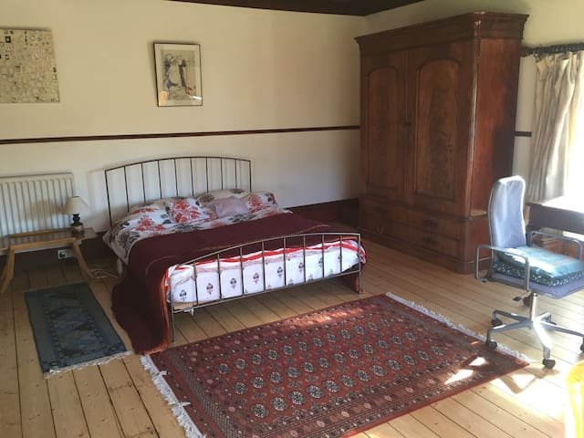Spacious double room in Arts & Crafts style house. - Kendal - Hus