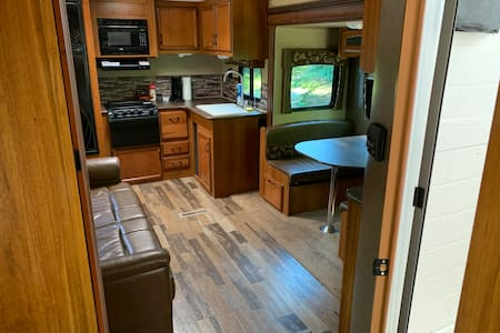 Camper In The Woods- Paradise Lake Access