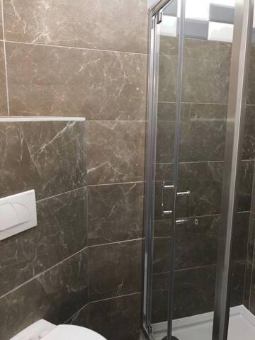 Einzelzimmer mit Badezimmer und WC