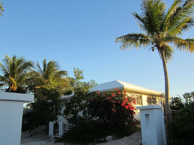 Affordable cottage 250m from beach - Providenciales - Villa