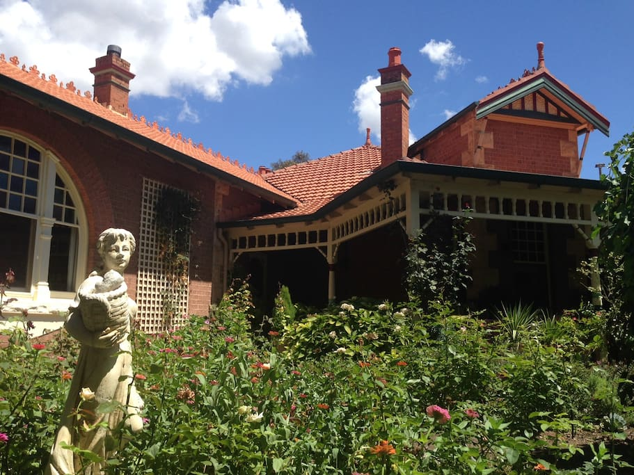 Magnificent Federation Homestead 250 m from town centre.