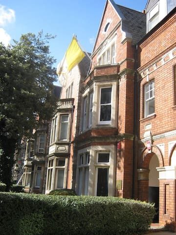 Huge bay window, overlooking Cardiff University - Cardiff - Rumah