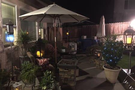 Great Park View w/ Comfortable & Cozy 2 Bdrms - Elk Grove - บ้าน