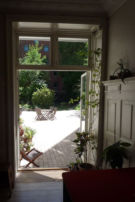 Sunny & green patio/garden