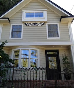 Downtown Nevada City Perfection! - Nevada City - Bed & Breakfast
