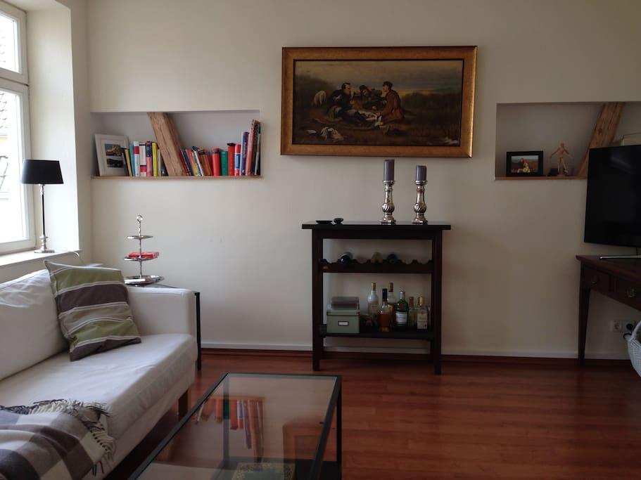 Wohnzimmer mit Weinbar und großem LCD Fernseher.