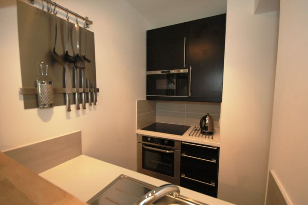 Fully equipped kitchen with 4 ring hob, microwave, full oven and fridge