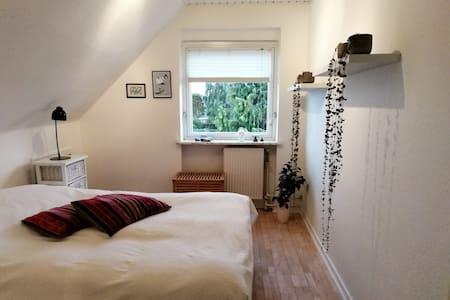 Hyggelige værelser i roligt villakvarter
