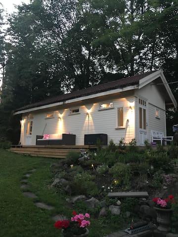 Koselig lite hus med sjøutsikt i Sandvika