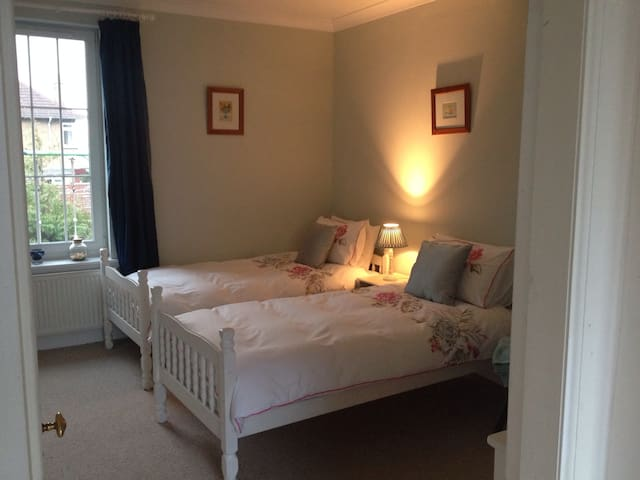 Twin Room in Comfy Family Home
