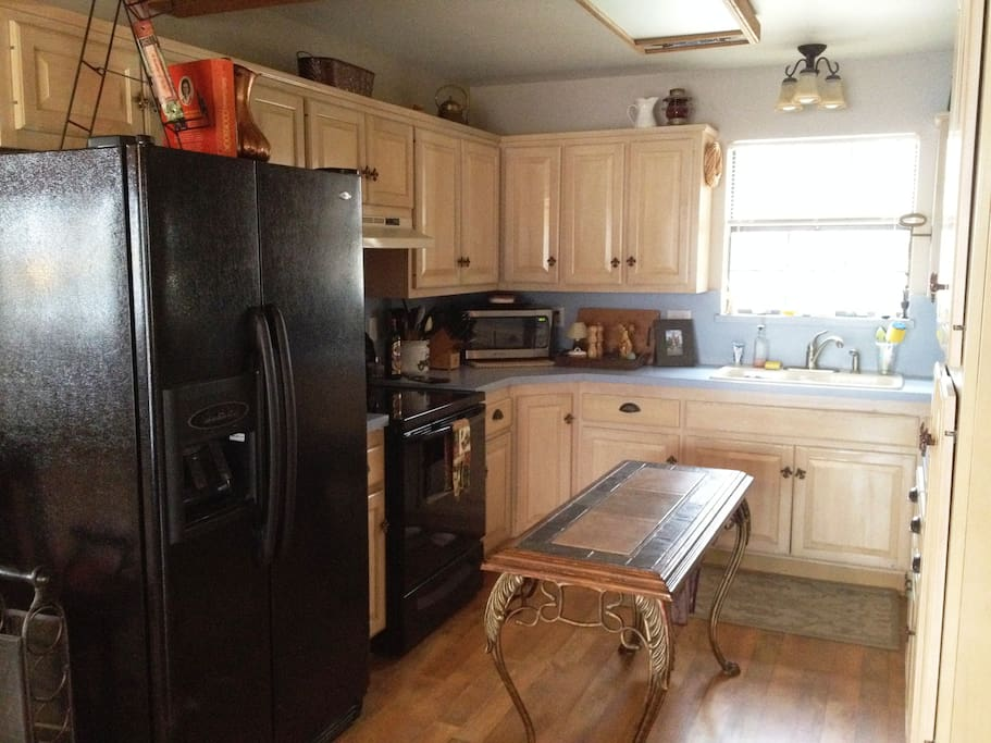Fully equipped kitchen. Microwave, toaster, coffee maker, filtered water/ice & spices