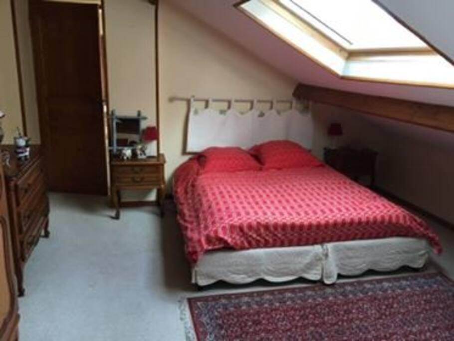 Grande chambre rouge avec ses deux lits de 140 pouvant accueillir 4 voyageurs.