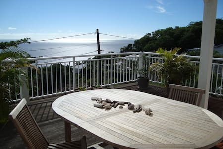 Room in a nice creole guesthouse with views - Vieux Fort - Casa