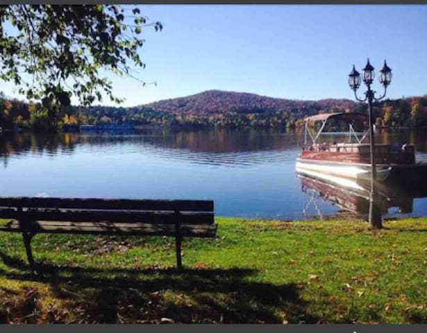 Villiage Side, fun property with lake & kayaks
