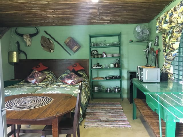 Lala NdLovu, Room Injari