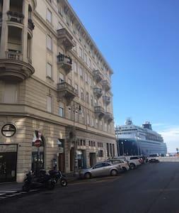 A pochi metri dal mare e da piazza Unità d'Italia