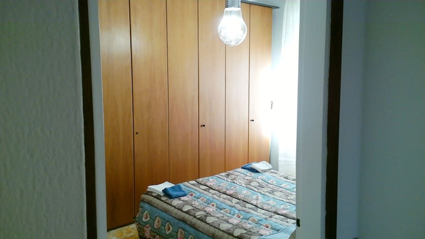 Economy room  a Milano 100 meters from Milan