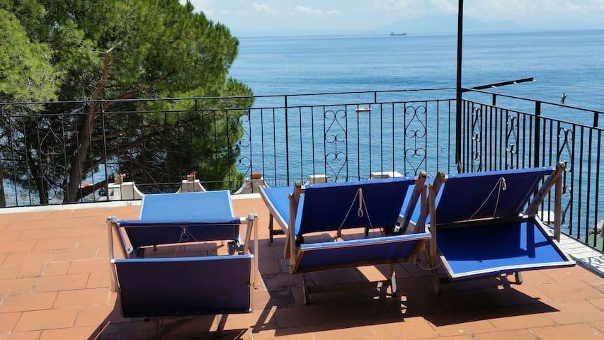 Casa de la costa de Amalfi en el mar con terraza