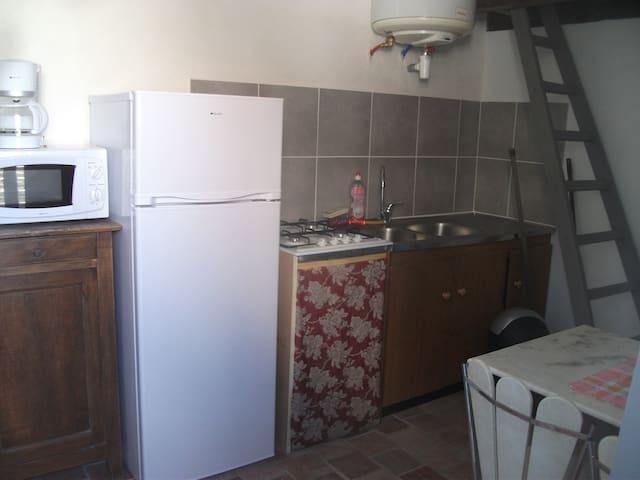 Le coin cuisine équipé d'une gazinière frigo micro ondes cafetière et vaisselle+casserole +ustensiles  pour 3 personnes