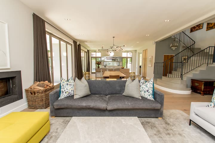 Exquisitely Decorated and Luxurious Camps Bay Home