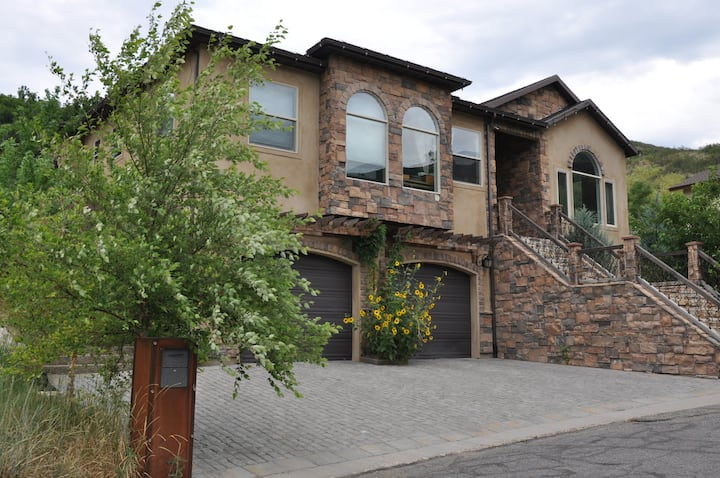 CanyonVilla! Private 1st floor 2500 sq M-In-Law!