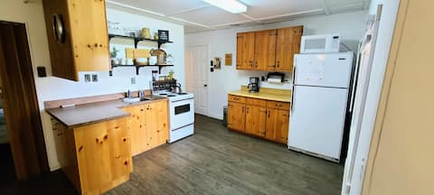 Cozy Lakeview Cabin- 10min from Grand Beach