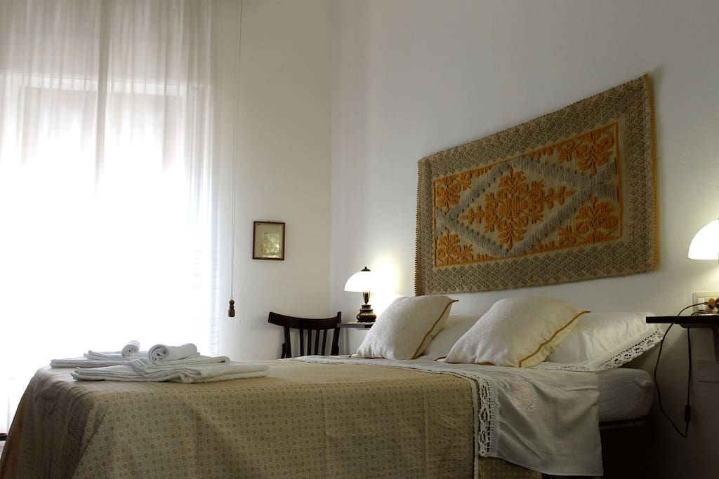 Spacious room with king size bed / Ampia camera con letto matrimoniale