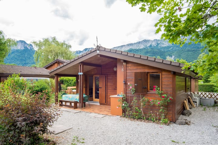 Idyllic Annecy Lakeside Cabin with private garden