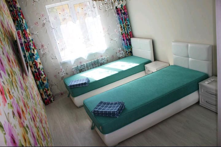 Спальня номер 1  кровать легким движением руки превращаеться в 2-е полутора спальных.