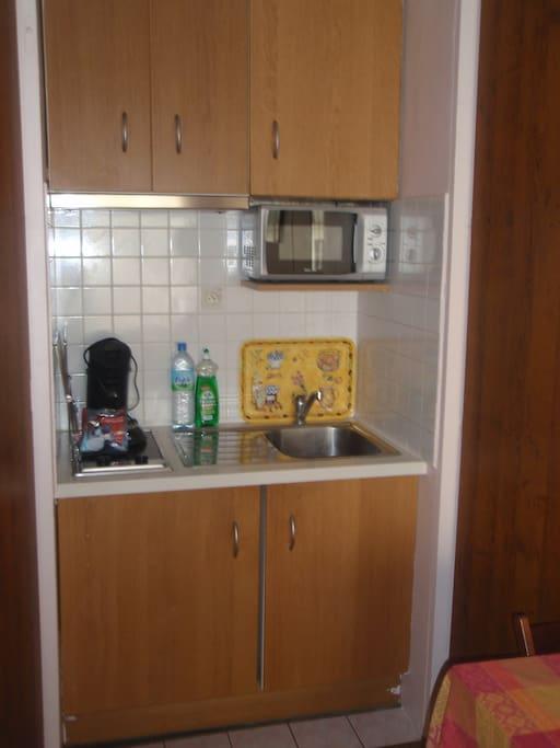 kitchennette complète avec frigo et microondes