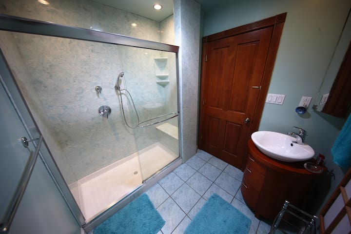 Rear (shared) bathroom