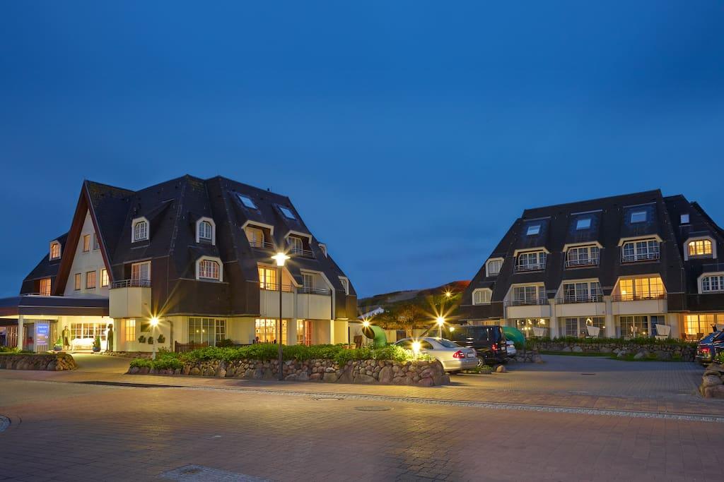 Außenansicht am Abend vom Dorint Strandresort & Spa Sylt/Westerland