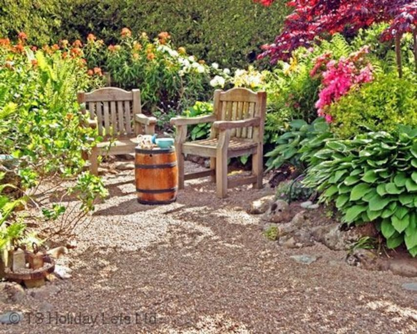 Strathview Cottage -Peaceful seating area in the garden
