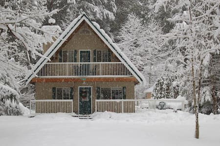 Mt Baker Chalet in Snowline Hot tub - House