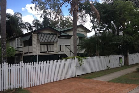Fully Furnished Granny Flat  - Yeronga - Дом