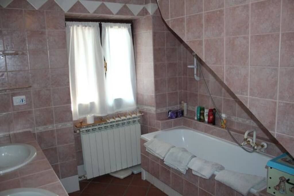 Visuale doccia e vasca da bagno