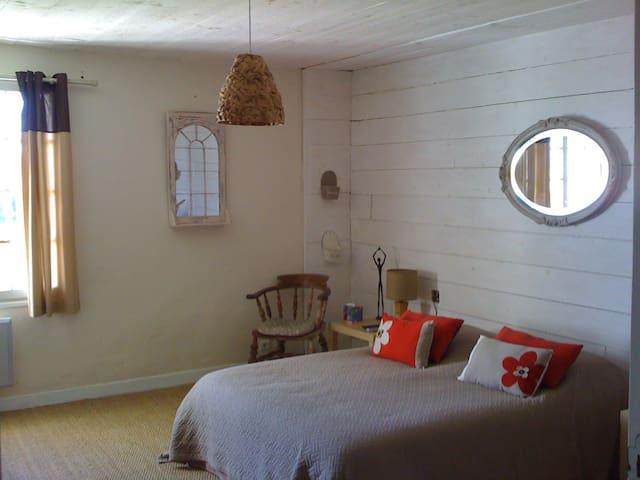 Chambre d'hôte Cerfeuil - Murs - Bed & Breakfast