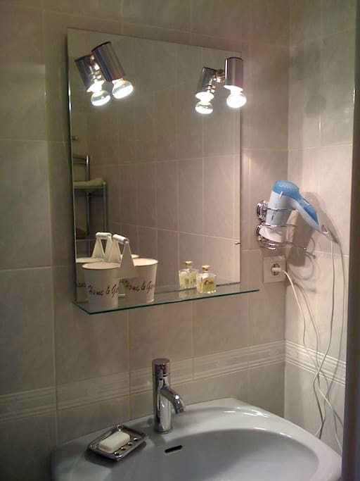 Chambre d 39 h te cerfeuil bed breakfasts te huur in murs centre frankrijk - Fotos van salle d eau ...
