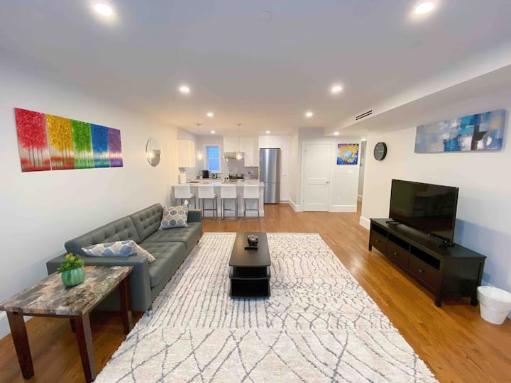 Charming One Bedroom Suite |Steps to Green Line C