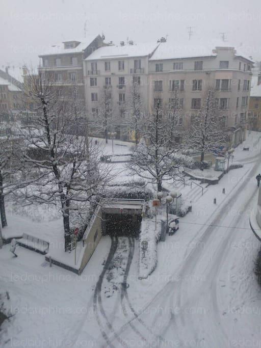 Cette photo, prise sur google image, montre précisément la vue depuis l'appartement