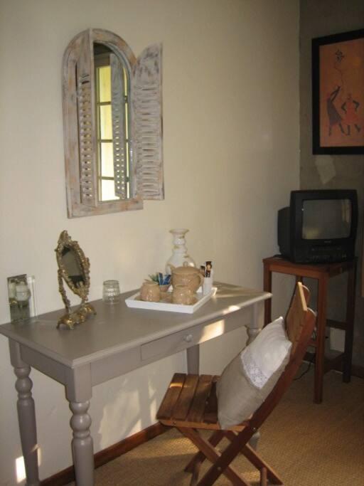 Chambre avec table secrétaire coiffeuse