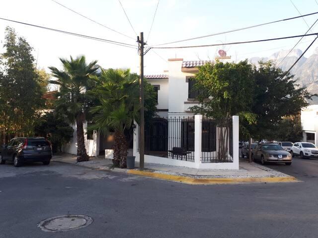 Casa en San Pedro, a dos minutos de la UDEM