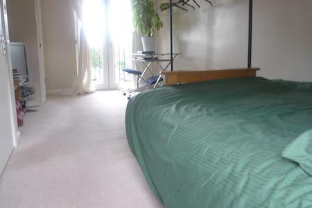 Double Loft Room with En Suite - Lontoo