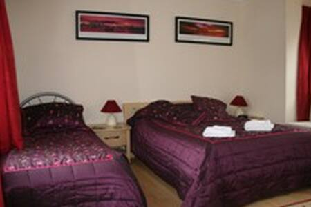 6 Family room that sleeps 5 - Crawley