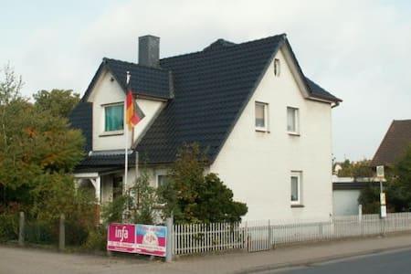 """""""Edemissener Gästezimmer"""" - Edemissen - Bed & Breakfast"""