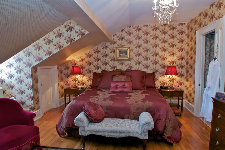 George, elegant, modern amenities, historic manor