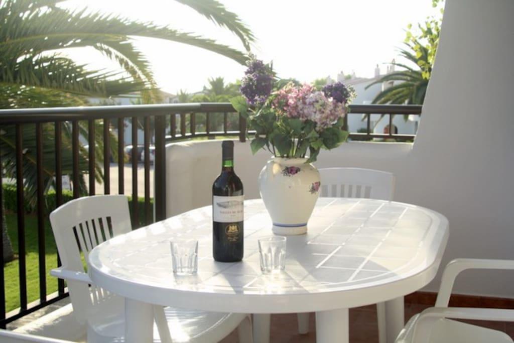 Poder comer al aire libre, disfrutando de la brisa veraniega en esta soleada terraza.